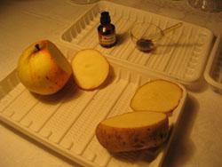 свежие срезы картофеля и яблока